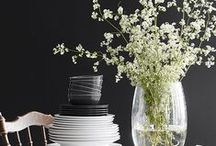Täydellisen musta / Black interior / Black on täydellisen musta sisäseinämaali, jonka avulla tuot tunnetta kotisi sisustukseen. Puolihimmeä Black antaa upeat raamit kotisi tauluille, huonekaluille ja sisustusesineille.
