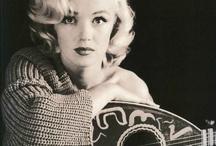 Marilyn Monroe music / Marilyn Monroe playing guitar, ukelele and mandoline...