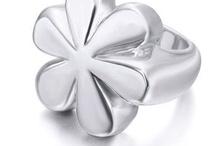 Joyería actual / Alfonso Joyeros quiere acercarte desde todos nuestros tableros las tendencias de joyas y relojes con más estilo para hombre y mujer.