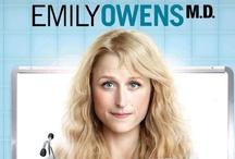 Emily Owens M.D. / Emily Owens begint aan haar eerste stagejaar in een groot ziekenhuis. Daar hoopt ze haar imago als high school-nerd achter zich te laten en uit te groeien tot een briljante arts. Emily merkt echter al snel dat het ziekenhuis wel erg veel op de middelbare school lijkt. Vanaf 11 maart 2013 op Net5.