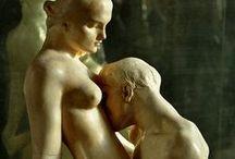 eros e scultura / Il calore d'un sospiro, d'una carezza, d'un abbraccio fermi per sempre nella materia della terra...