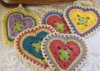Herzen / Gehäkelte Herzen, gestrickte Herzen, groß und klein, als Polster oder als Putzlappen, jede Form von Herz die gefunden werden konnte.