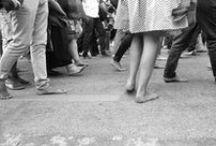 Marcia delle donne e degli uomini scalzi / Lido di Venezia 11 settembre 2015 Dare asilo a chi scappa dalle guerre, significa ripudiare la guerra e costruire la pace. Dare rifugio a chi scappa dalle discriminazioni religiose, etniche o di genere, significa lottare per i diritti e le libertà di tutte e tutti. Dare accoglienza a chi fugge dalla povertà, significa non accettare le sempre crescenti disuguaglianze economiche. Perché la storia appartenga alle donne e agli uomini scalzi e al nostro camminare insieme.