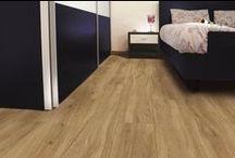 Saffier Mercato / De Saffier Mercato heeft vooral rustiek houten decors. De Mercato collectie heeft decors met een mooie houtstructuur die realistisch aanvoelt. Samen met een matte uitstraling is deze collectie sfeervol en mooi in een klassiek interieur. Mercato wordt rechtstreeks op de vloer verlijmd, wat zorgt voor optimaal gebruiksgemak. De collectie heeft warme en lichte decoren, zodat er voor iedere smaak een keuze is. Sprekende decoren zonder V-groef. Tot 10 jaar garantie!