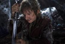 Hobbitten - En Uventet Rejse, 12. december 2012 / Bilbo bliver kontaktet af troldmanden Gandalf den grå, som vil have ham til at slutte sig sammen med en gruppe dværge ledet af den legendariske kriger Thorin Egeskjold. De føres igennem skove, over bjerge og gennem farligt vildnis og steder fyldt med orker, dødsensfarlige varge, kæmpeedderkopper, formskiftere og troldmænd. Bilbo møder også Gollum og får fat i en magisk guldring, som er bundet til Midgårds skæbne.