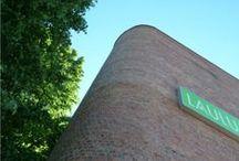 Laulumaa Huonekalut Oy / Laulumaan toimitilat ovat Lahdessa kaupunginarkkitehti Kaarlo Könösen suunnittelemassa, historiallisesti merkittävässä kiinteistössä. Sopenkorven teollisuusalue Lahdessa rakentui kaupunginarkkitehti Kaarlo Könösen vuonna 1937 laatiman kaavan pohjalta. Könönen suunnitteli huipputeollisuusarkkitehtuuria edustavan Takojankatu 5 tehdasrakennuksen vuonna 1939. Rakennusta on myöhemmin korotettu ja laajennettu useaan otteseen Könösen suunnitelmien mukaan.