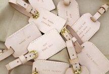 FLITTERWOCHEN ACCESSOIRES / Diese Accessoires sollte man für die Flitterwochen unbedingt dabei haben. Von dem eleganten Dessous bis zur Make Up Tasche.