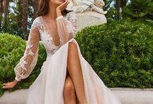 Brautkleid A-Linie Hochzeitskleid / Besonders spannend ist natürlich die Frage, welches Hochzeitskleid, oder welche Brautkleidsilhouette passt zu meinem Figurtyp?  Für alle Körperformen haben wir unsere Übersicht erstellt, hier seht ihr, welche Kleiderformen für die X-Silhouette, H-Silhouette, V-Silhouette oder A-Sihouette passen. Die wichtigsten Brautkleid Silhouetten sind die Prinzess- oder auch Duchesse Silhouette, gefolgt von der A-Linie, Meerjungfrau, Trompete und der Empire Form.