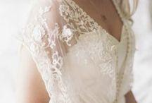 Brautkleid Empire Hochzeitskleid / Besonders spannend ist natürlich die Frage, welches Hochzeitskleid, oder welche Brautkleidsilhouette passt zu meinem Figurtyp?  Für alle Körperformen haben wir unsere Übersicht erstellt, hier seht ihr, welche Kleiderformen für die X-Silhouette, H-Silhouette, V-Silhouette oder A-Sihouette passen. Die wichtigsten Brautkleid Silhouetten sind die Prinzess- oder auch Duchesse Silhouette, gefolgt von der A-Linie, Meerjungfrau, Trompete und der Empire Form.