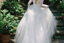 Brautkleid Duchesse Prinzess Hochzeitskleid / Besonders spannend ist natürlich die Frage, welches Hochzeitskleid, oder welche Brautkleidsilhouette passt zu meinem Figurtyp?  Für alle Körperformen haben wir unsere Übersicht erstellt, hier seht ihr, welche Kleiderformen für die X-Silhouette, H-Silhouette, V-Silhouette oder A-Sihouette passen. Die wichtigsten Brautkleid Silhouetten sind die Prinzess- oder auch Duchesse Silhouette, gefolgt von der A-Linie, Meerjungfrau, Trompete und der Empire Form.