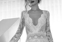 Brautkleid Trompete Hochzeitskleid / Besonders spannend ist natürlich die Frage, welches Hochzeitskleid, oder welche Brautkleidsilhouette passt zu meinem Figurtyp?  Für alle Körperformen haben wir unsere Übersicht erstellt, hier seht ihr, welche Kleiderformen für die X-Silhouette, H-Silhouette, V-Silhouette oder A-Sihouette passen. Die wichtigsten Brautkleid Silhouetten sind die Prinzess- oder auch Duchesse Silhouette, gefolgt von der A-Linie, Meerjungfrau, Trompete und der Empire Form.