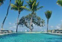 """Le Sereno St. Barth / Um hotel inimista à beira-mar, com três vilas de 650m² cada e 36 suites – a maior parte delas debruçadas ao longo de 180 m da """"piscina"""" turquesa de Grand Cul-de-Sac. Um encantador bangalô-spa, voltado para as águas serenas da lagoa azul, seduz o hóspede a se entregar a tratamentos corporais e faciais , relaxando com a brisa que emana do oceano.Le Sereno St. Barth faz parte do portfólio do grupo Sereno que também detém o Il Sereno Lago di Como, na Itália. www.lesereno.com"""