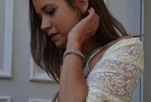 Una raffinata stola in pizzo / Una stola  di Marina Finzi completa l'abbigliamento della damigella della Sposa