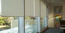 Rolgordijnen / Rolgordijnen zijn in ontelbare uitvoeringen beschikbaar. Ze zijn hygiënisch, besparen plaats, zijn decoratief en efficiënt. Laat uw rolgordijnen op maat maken zodat ze mooi passen bij uw raam en interieur.