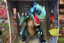 DINOSAURES / Le monde des dinosaures fascine autant les jeunes que les plus vieux. C'est pourquoi nous avons des tablettes, des figurines et plein de jouets sur les dinosaures. Jeux et Jouets à vendre! Info@laboiteasurprisesdenicolas.ca 450-240-0007 Boutique jeux, jouets et passe-temps à St-Sauveur! www.laboiteasurprisesdenicolas.ca