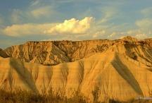 """29  Parque Natural Bardenas  Navarra / El  Parque Natural Bardenas Reales de  Navarra, es el desierto  situado más al sur de Europa. Contrata bastante, con los demás paisajes que el Turismo de Navarra tiene a los largo de su extensos parajes. A pesar de ello las """"Bardenas de Navarra"""" engañan, ya que se asocia a que una zona desértica, carece de agua y esto no es así. En el Parque Natural Bardenas  Navarra, hace calor en verano y frío en invierno y por extraño que parezca también llueve y de hecho en los llanos se cultivan arrozales."""