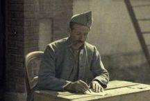 Le courrier et le soldat  / Quelque que soit le conflit, le soldat sur le front écrit et reçoit du courrier. L'écriture quotidienne est une sorte de thérapie qui permet d'extérioriser l'horreur du combat et la mort brutale des camarades.