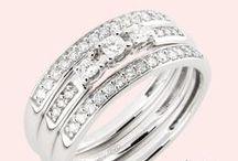 Vihkisormus: Paletti Jewelry / Paletti Jewelry on suomalainen korumerkki, jonka mallistosta löydät elegantit, skandinaaviseen tyyliin sopivat jalokivi-, kulta- ja hopeakorut. Paletti Jewelryn timanttisormusmallistoon kuuluu upeita sormuksia niin kelta- kuin valkokultaisenakin. Kultakorumallisto sisältää sormusten lisäksi myös laadukkaita kaulakoruja, korvakoruja ja riipuksia. Korusuunnittelija Jessica Riksman on suunnitellut Paletti Jewelrylle Julie,- Grace-, Kristina-, Kaarna-, Focus-, Avia ja Bliss-korumallistot.