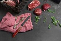Sélection 1913 / Sélection 1913 propose des pièces de bœuf d'exception dont chaque bouchée sera incroyablement savoureuse, tendre et juteuse à souhait. Les meilleures viandes des catégories AAA et Prime, les plus hautes qualités de bœuf, ont été sélectionnées en fonction de leur persillage, de leur couleur ou encore de la grosseur du muscle. Le goût Maillard à son meilleur !
