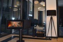 Kominki wolnostojące w salonie - aranżacje / Energooszczędne kominki wolnostojące zamontowane w salonie.