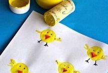 Lavoretti per Pasqua / Bastano pochi strumenti per ottenere dei bei lavoretti da regalare a mamma e papà per Pasqua. Il pulcino dal tappo di sughero, il coniglietto con l'impronta delle mani...#buonapasqua