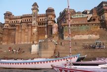 """BENARÉS/VARANASI con Europamundo / En muchos de nuestros tours por India visitaremos la ciudad de Benarés (Varanasi). OS llevaremos a Sarnath (el primer lugar donde Buda dio enseñanza a sus seguidores) y participaremos en la ceremonia de rezo de la tarde """"Aarti"""". Por la mañana temprano daremos un paseo en barco por el sagrado Río Ganges y viendo las ceremonias matinales que se realizan en el río, así como sus costumbres. Visitaremos también su Universidad, templos de Durga Tulsi Manas y Bharat Mata y su mercado. ¡Conoce India!"""
