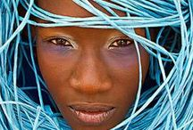 Omar Victor Diop / #photographe de l'#Afrique qui bouge. Omar Victor Diop, 33 ans, habite à #Dakar. Il fait partie de cette génération qui a choisi de rester au pays pour se construire son avenir.  Un changement de mentalité qui se voit dans son travail photographique, rempli d'optimisme, d'énergie et d'espoir. Ses séries de portrait reflètent l'Afrique d'aujourd'hui : un continent qui bouge à toute vitesse et dans toutes les directions. Comme lui.