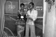 Ibrahim  Sory Sanlé / Sory Sanlé débute à Bobo Dioulasso l'année où la Haute Volta obtient son indépendance. Au sein de son premier studio, Volta Photo, il conjugue à la fois reportage, illustration de pochettes de disque, images officielles à ses portraits posés en studio.Témoin privilégié de l'évolution de son pays et de sa ville, son regard avisé documente avec une candeur non feinte la fusion opérant alors entre tradition et modernité.