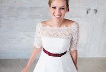 Brautkleider Standesamt / Zur Hochzeit auf dem Standesamt trägt die Braut ein eher schlichtes Brautkleid oder einen Braut Hosenanzug.