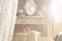 ≈ Boudoir ≈ / Een boudoir [budoˈaːr (uit het Frans, afgeleid van bouder, dat pruilen betekent) is letterlijk een pruilkamer, maar was een - in de achttiende eeuw vooral in Frankrijk populair - meestal elegant ingericht vertrek, waarin de vrouw des huizes zich kon terugtrekken. Oorspronkelijk was het boudoir de ruimte gelegen naast de slaapkamer van de vrouw.