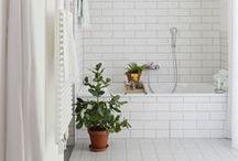 badezimmer // bathroom / Das Bad ist die neue Küche. Hier sammle ich Inspirationen rund um das Badezimmer - weiße Fliesen, natürliche Materialien, eine Regendusche und eine Sauna, das wäre mein Traum vom perfekten Bad! | The bathroom is the new kitchen - my home project for 2017!