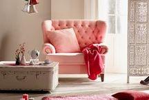 Křesla / Chcete-li v obývacím pokoji lenošit sami, neexistuje vhodnější místo než v křesle. Vytvoří přívětivé zázemí pro zábavu u televize nebo napětí při čtení knihy. Křesla jsou ideálním doplněním sedací soupravy tak, aby se do obývacího pokoje vešli minimálně všichni členové rodiny. Křesla jsou velice oblíbeným typem nábytku návrhářů, a proto je najdete skutečně ve všech pojetích.