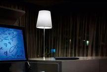 Lampičky a stojací lampy / Lampičky a stojací lampy se umísťují na stolky, ke křeslům, na komody či k postelím. Existuje nepřeberné množství různých typů a designů. Stínítka lampiček bývají nejčastěji vyrobené z látky, skla, kovu nebo lycry. Inspirujte se a vyberte si tu pravou, která vhodně zapadne do vašeho interiéru.