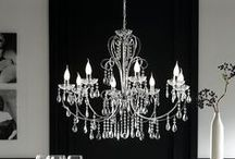 Stropní a nástěnná svítidla / Funkci centrálního osvětlení v jednotlivých místnostech plní stropní svítidla. Jsou primárním a univerzálním zdrojem světla ve všech místnostech. Stropní svítidlo je připevněné celou svou konstrukcí ke stropu, proto minimálně zasahuje do prostoru. Nástěnná svítidla jsou ideální například do předsíní, chodeb či do koupelny k zrcadlu.