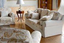 Tradiční styl / Tradiční styl je přesným opakem moderního stylu a libuje si v okázalosti. Tento historický styl nám může trochu asociovat hrady či zámky. Hlavními znaky jsou: zdobený vyřezávaný nábytek z masivního dřeva, zdobené závěsy a látkové tapety, vlněné koberce a sedačky s ornamenty a řaseným čalouněním.