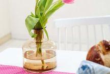 Vázy a mísy / Interiér vhodně doplní dekorativní vázy. Najdete zde vázy ze skla, trendy keramiky nebo bambusu. Vybírejte a inspirujete se z origami tvarů, sovích designů, designových vychytávek a zkombinujte je se soškami nebo seskupte tón v tónu vázy různých tvarů. Je to jen na vás a vašem vkusu. Mísu můžete využít na ovoce nebo drobné dekorativní prvky. A pokud ji necháte prázdnou, vynikne celá její krása a design. Vhodným umístěním jsou jídelní a konferenční stolky.
