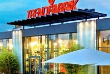 Filialen / Die TF gibt es an fünf Standorten im Rhein-Neckar und Rhein-Main Gebiet. Alle Häuser haben direkten Autobahnanschluss und und kostenlose Parkplätze. In unseren Haupthäusern in Brühl und Weiterstadt findest du unser komplettes Sortiment. Die Filialen in Grünstadt und MA-Käfertal sind die richtige Anlaufstelle für trendige Sportswear. Unsere Jeans-Spezialisten beraten Dich gerne im TF Denim in der Mannheimer Innenstadt. Mode für die kleinsten gibt es im Trendkids Store in Brühl.