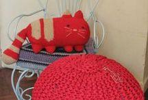 Pouf / Tejidos a dos agujas con totoras, reciclado de industria textil. Terminado al crochet. Relleno con poliuretano reciclado. De esta manera le damos una segunda vida a los materiales!