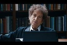 Video - Musik - Bob Dylan / Video - Musik - Bob Dylan Dylan begann Ende der 1950er Jahre nach Rock 'n' Roll-Jahren in Schülerbands als Folkmusiker und wandte sich Mitte der 1960er Jahre der Rockmusik zu. Seine Texte waren zu Beginn seines Schaffens von der Folkbewegung und einem ihrer bekanntesten Vertreter, Woody Guthrie, später auch von symbolistischen Dichtern wie Arthur Rimbaud und Charles Baudelaire, aber auch von der Bibel beeinflusst... Quelle: https://de.wikipedia.org/wiki/Bob_Dylan