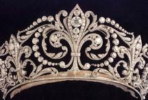 """Joyas - Jewels / """"Recordé su frase, aquella historia  sobre perlas ensangrentadas,  flores pisoteadas.""""  Perlas ensangrentadas, Carlos Berlanga y Nacho Canut"""