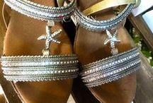 Complementos y calzados Carmin / Calzado en piel y fibras naturales; complementos como cinturones, collares, pendientes, tocados... Envíos a España: +34 695 48 65 23 (Whatsapp)