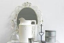 Brocante woonkamer / Een woonkamer met fluweelzachte bank, oude kast, bijzondere kussens, fijne stoffen en eigenzinnige inrichting. Dat is brocante!