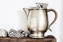 Brocante accessoires / Een oud servies, bijzonder flessenrek en glazen weckpotten. Brocante accessoires doen veel voor je interieur!