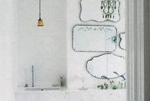 Brocante sanitair / Een bad op pootjes, zachte stoffen, koperen kranen en bijzondere kleuren.