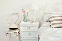 Brocante slaapkamer / Zachte stoffen, een paspop en een hemelbed. In de brocante slaapkamer is het altijd romantisch.