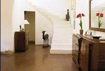 Pavimenti & Pareti / Pietra, legno, piastrelle: tanti modi diversi di vivere lo spazio tra verticale e orizzontale. Qual è il vostro accostamento preferito?