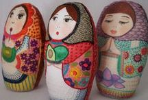 Matrioskas textiles / Textile matryoshkas / Pouppés russes de tissu / Muñecas rusas hechas en tela, fieltro, bordadas, tejidas (crochet, amigurumi), etc. / Russian style dolls made in any kind of fabric or fiber, embroidered, crocheted, etc. / by Maria Tenorio
