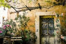 Luberon - Provence, France / Les mythiques villages du luberon : Gordes, Menerbes, Lacoste, Goult, Oppède le vieux, Saint-Rémy de Provence.... Des maisons de campagne française en pierre dans un environnement luxuriant.