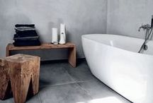 Interior Inspiration: Bathroom Ideas / Inspiration for your bathroom. Ideas for minimalist bathrooms, with free-standing bathtubs, monochrome decor, and simple bathrooms.