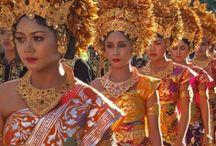 Bali Authentique / Bali, petite île volcanique entre Asie et Pacifique, où s'est développée une culture unique, à la fois raffinée et « primitive », mélange d'hindouisme et d'animisme, pratiquée avec vigueur jusqu'à nos jours et donnant lieu à des cérémonies colorées. A Bali la population consacre une part immense de son énergie et de son économie aux cérémonies religieuses, occasion de littéralement faire la « fête » avec la participation de moult musiques frappées sur le gamelan et de danses ensorcelantes.